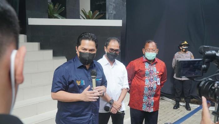 Menteri BUMN Erick Thohir (berkemeja biru-tengah) kunjungi Bio Farma