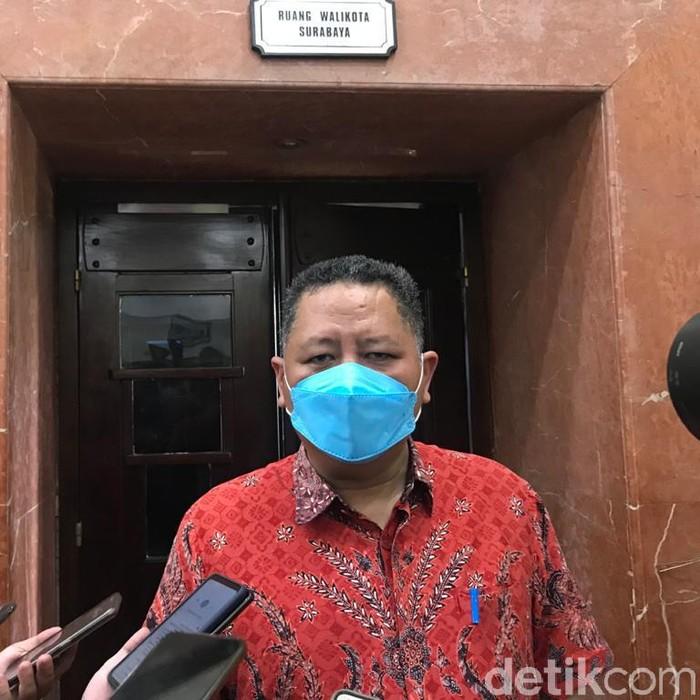 Pemkot Surabaya memutuskan tetap menggelar belajar daring sesuai instruksi Mendagri. Plt Wali Kota Surabaya Whisnu Sakti Buana berharap, belajar daring tidak mengurangi kualitas anak didik.