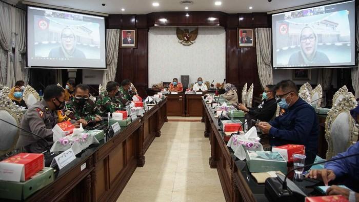 Menko Perekonomian Airlangga Hartarto telah mengumumkan akan ada pembatasan di Jawa-Bali mulai 11-25 Januari 2020. Namun, Pemkot Surabaya belum menerima surat resmi dari Pemerintah Pusat.