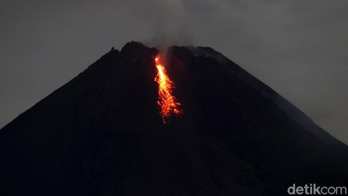 Gunung Merapi kembali mengeluarkan lava pijar. Selain mengeluarkan lava pijar, Merapi diketahui juga telah mengeluarkan awan panas sebanyak empat kali hari ini.