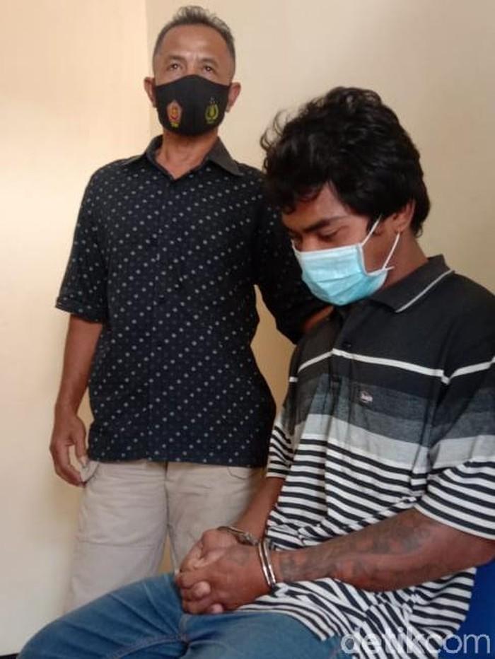 Mohamad Bahlul Abidin (25) warga Terik, Kecamatan Krian tega menganiaya ibu kandungnya. Penganiayaan terjadi setelah sang ibu menegur dirinya yang pulang membawa teman perempuan.