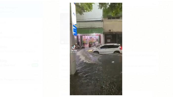 Pengemudi mobil menerobos banjir