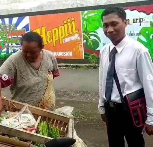 Penjual Sayur Bergaya Necis di Lumajang, Jawa Timur