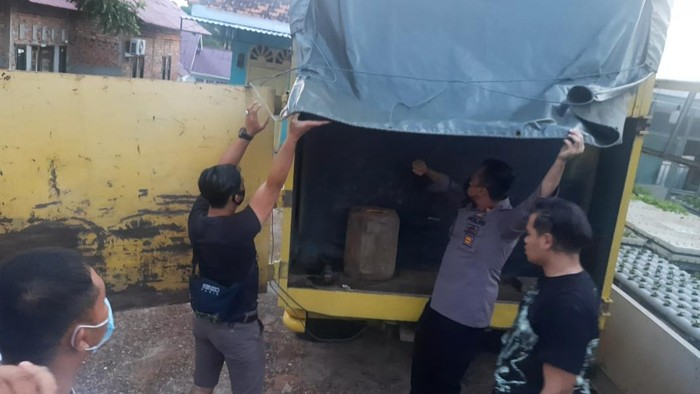 Polisi gerebek rumah penampungan minyak oplosan di Jambi (Dok istimewa)