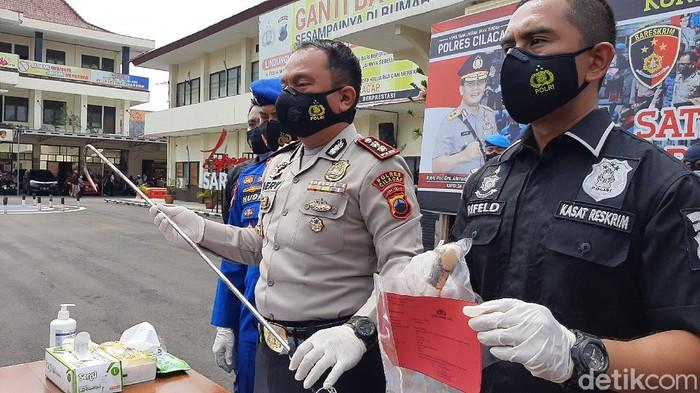 Polisi menunjukkan barang bukti kasus hilangnya 5 ABK di tengah laut yakni kanco dan pisau saat rilis di Polres Cilacap, Kamis (7/1/2021).