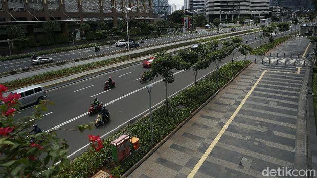 Trotoar Jalan Sudirman-Thamrin tengah hangat dibahas terkait aksi blusukan Mensos Tri Rismaharini yang menemukan tuna wisma. Begini potret trotoar tersebut.