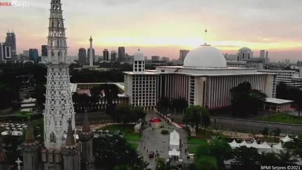 Pertama ada Masjid Istiqlal Jakarta. Dibangun pada tahun 1961, masjid rancangan arsitek Frederich Silaban ini merupakan salah satu yang termegah di Asia Tenggara. Biro Pers Sekretariat Presiden
