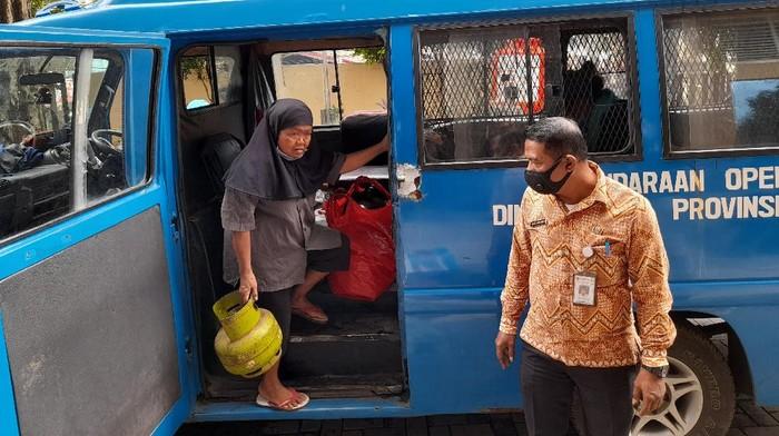 Rusmini dan suami saat terjaring razia PMKS (Foto: Tiara Aliya/detikcom)