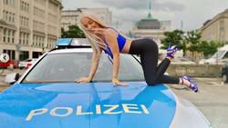 Ini Emmy Russ, Selebgram Seksi yang Nekat Banget Foto-foto di Atas Mobil Polisi