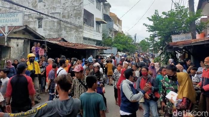 Suasana saat Densus 88 bersama Gegana menggeledah rumah warga di wilayah Kandea, Makassar (Ibnu Munsir/detikcom).