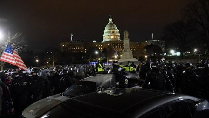 Riot police prepare to move demonstrators away from the US Capitol in Washington DC on January 6, 2021. - Donald Trumps supporters stormed a session of Congress held today, January 6, to certify Joe Bidens election win, triggering unprecedented chaos and violence at the heart of American democracy and accusations the president was attempting a coup. (Photo by Brendan SMIALOWSKI / AFP)