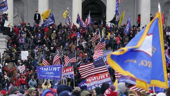 Trump supporters clash with police and security forces as they storm the US Capitol in Washington D.C on January 6, 2021. - Demonstrators breeched security and entered the Capitol as Congress debated the a 2020 presidential election Electoral Vote Certification. (Photo by ROBERTO SCHMIDT / AFP)