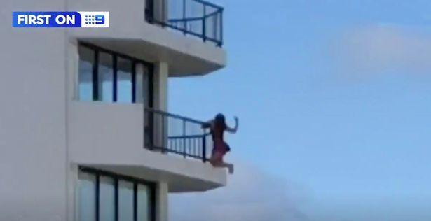 Aksi wanita gelantungan dari lantai 11 demi dapat hasil foto keren