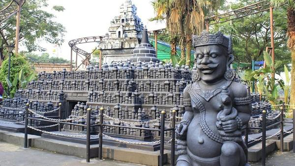 Bukan Candi Borobudur di Magelang, tapi ini hanya replikanya di World of Wonders. Masih banyak replika gedung ikonik yang bisa traveler temui di sini (World of Wonders)
