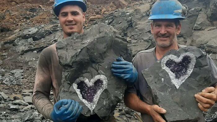 Sekelompok penambang menemukan penemuan berharga di tambang Santa Rosa, Uruguay Minerals di daerah Catalan di Artigas, Uruguay.  Para penambang menemukan batuan kristal berjenis Geode Amethyst yang berbentuk hati. Penemuan ini mereka sebut temuan sekali dalam seumur hidup.