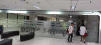 Ruangan ini ada di setiap bandara dan mungkin di Terminal 3 Bandara Soekarno Hatta jadi yang terbesar di Indonesia. Di sini, awak kabin pesawat bersiap-siap sampai berkenalan satu sama lain sebelum terbang.