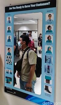 Ruangan Crew Center ini memang tak bisa dimasuki sembarang orang. Ada berbagai bilik atau kamar lagi di dalamnya. Cermin disertai gambar SOP cara berpakaian.