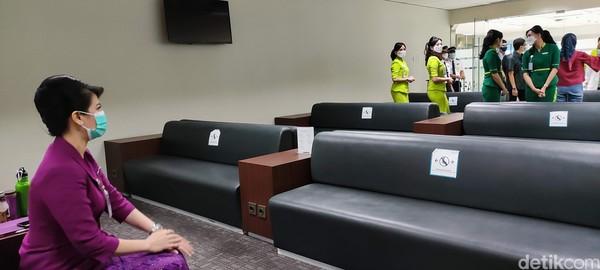 Air crew akan masuk dan meletakkan kopernya di tempat yang sudah disediakan lalu datang ke meja komputer melakukan check-in. Kalau kita di kantor sudah seperti absen, kata VP Flight Attendant Citilink, Elis Purnomo mengawali penjelasannya beberapa waktu lalu.