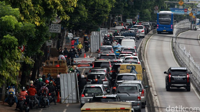 Proyek galian utilitas sedang dikerjakan di sepanjang Jalan Buncit Raya hingga Mampang, Jakarta, Jumat (8/1/2021). Lalu lintas pun macet.
