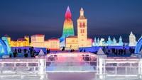 Pandemi virus Corona yang belum berakhir membuat festival es harbin terasa berbeda. Beberapa acara terpaksa dibatalkan untuk mengurangi kerumunan. (Getty Images)