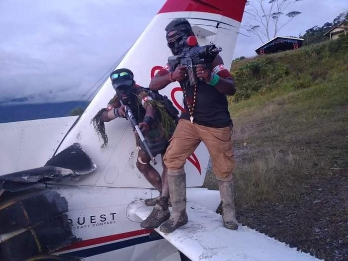 Pesawat perintis milik Mission Aviation Fellowship (MAF) dengan registrasi PK-MAX dibakar KKB di Bandara Kampung Pagamba, Papua. Ini foto-fotonya