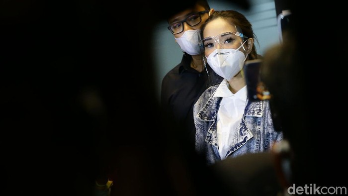 Artis Gisella Anastasia atau Gisel telah merampungkan pemeriksaan sebagai tersangka di kasus video syur. Ia diperiksa selama 10 jam lebih.