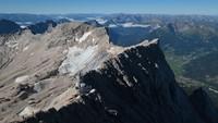 Para ilmuan menyebut kedua gletser tersebut telah menyusut terus menerus sejak tahun 1980 karena pemanasan global.