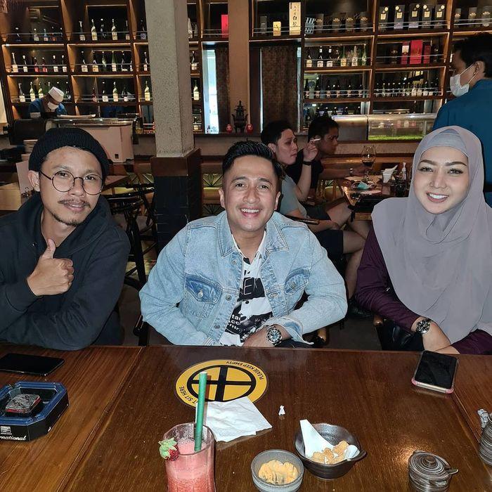 Kompaknya Irfan Hakim saat Makan Bareng Istri dan Anak-anaknya