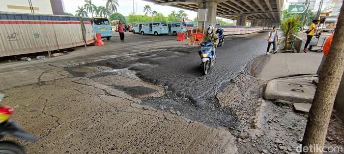 Jalan rusak di Jl KH Noer Ali, seberang Metropolitan Mall Bekasi, Kalimalang. (Taufie RA/detikcom)