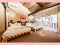 Hotel ini bernama Resi Stay yang terletak di Kyoto. Hotel bergaya machiya (perumahaan kota) ini dibuat untuk menarik perhatian dari sisi tradisional dan sisi menggemaskan Hello Kitty.