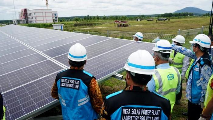 Salah satu kampus di Lampung ini menggunakan PLTS (Pembangkit Listrik Tenaga Surya) terbesar atas kerjasama Wijaya Karya dan SUN Energy sebesar 1 Megawatt-peak (MWp) untuk kebutuhan universitas.