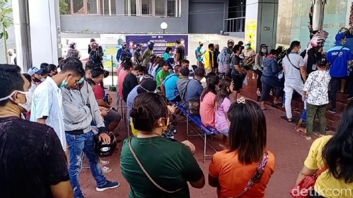 Kerumunan terjadi saat sejumlah calon penumpang antre membeli tiket di kantor PT Pelni Cabang Ambon, Maluku. PT Pelni memberi penjelasan.(Muslimin Abbas/detikcom)