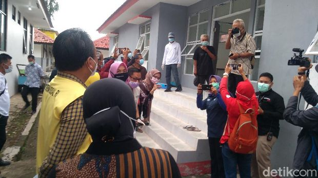 Momen pertemuan Mensos Risma dengan tunawisma Kastubi di Balai Rehabilitasi Sosial di Bekasi (Adhyasta Dirgantara/detikcom).