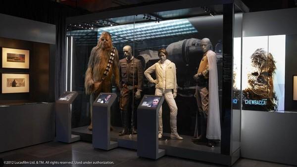 Pameran juga menampilkan alat peraga, kostum hingga karya seni yang meliputi trilogi Star Wars.