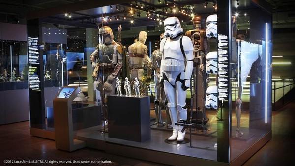 Pameran Star Wars menampilkan model, properti dan kostum luar angkasa yang populer.