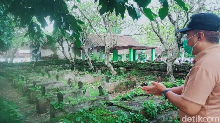 Penampakan kompleks makam di Dusun Jerukan, Desa Sekaran, Kecamatan Wonosari, Klaten yang pagarnya berbatu bata kuno. Tim BPCB Jateng mengecek dan mengukur batu bata jumbo yang ada di kompleks makam tersebut, Jumat (8/1/2021)
