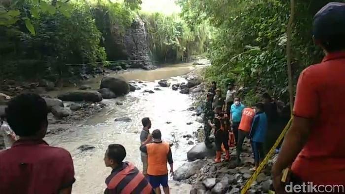 Mayat perempuan ditemukan tersangkut di bebatuan Sungai Martupuro, Kecamatan Purwosari, Kabupaten Pasuruan. Identitas dan penyebab korban meninggal belum diketahui.