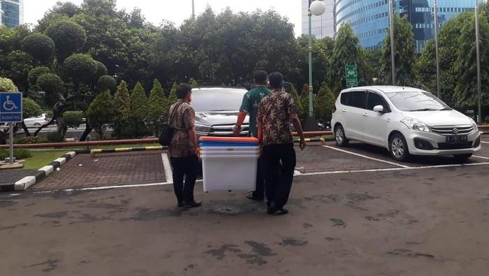 Penyidik KPK membawa 5 boks usai geledah Gedung Patra Jasa terkait kasus korupsi bansos Corona