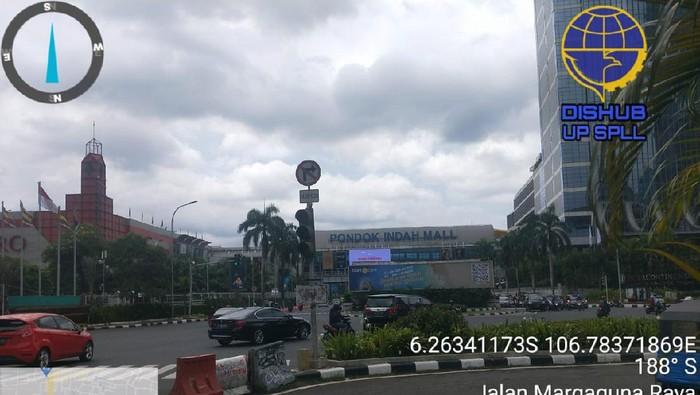 Perbaikan lampu lalu lintas atau traffic light di perempatan Pondok Indah Mall (PIM), Jakarta Selatan.