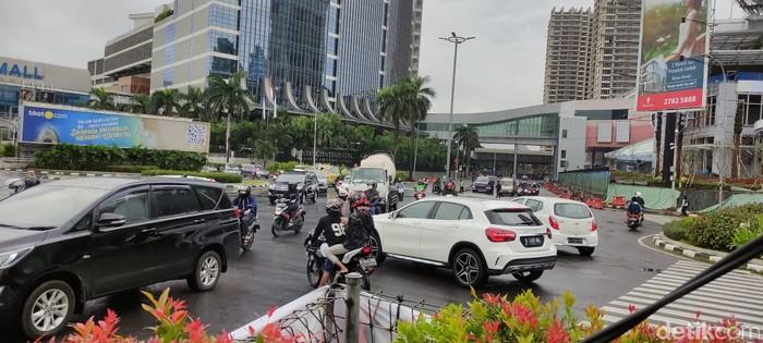 Perempatan PIM atau Pondok Indah Mall, pengendara keluhkan lampu hijau yang nyala bareng. (Taufieq Renaldi Arfiansyah/detikcom)