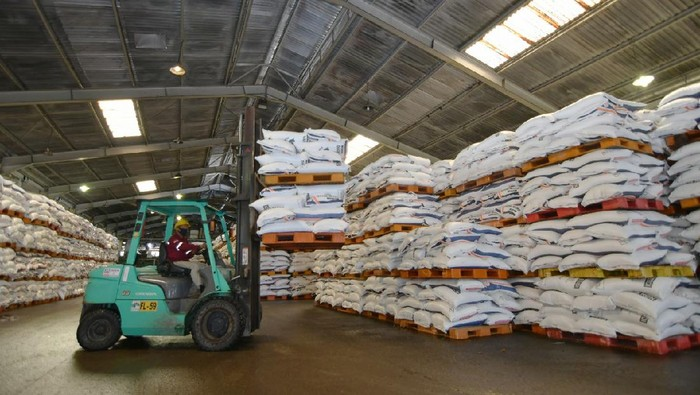 Memasuki musim tanam awal tahun 2021, PT Pupuk Indonesia (Persero) menyiapkan stok pupuk subsidi dan non subsidi untuk petani.