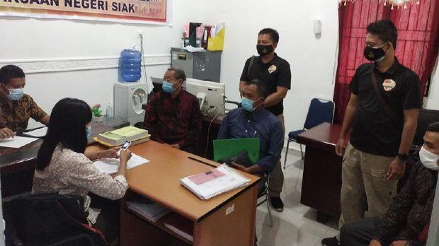Polda Riau menyerahkan berkas kasus kebakaran lahan di Siak Riau dengan salah satu tersangka korporasi (dok Istimewa)