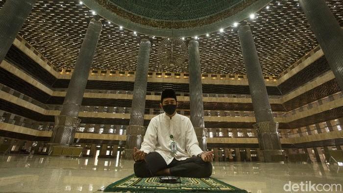 Sejumlah warga menunaikan shalat Jumat di Masjid Istiqlal, Jakarta, Jumat (8/1/2021). Usai diresmikan Kamis (7/1) oleh Presiden Joko Widodo.