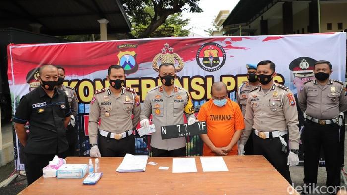 Pelaku kasus tabrak lari dengan korban tukang becak dibekuk Satlantas Polres Kediri. Pelaku diburu dan ditangkap di Kota Malang.