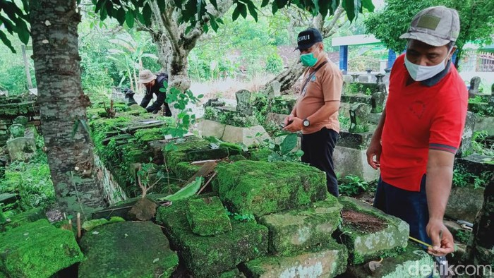 Tim Balai Pelestarian Cagar Budaya (BPCB) Jateng mengecek makam kuno di Klaten yang berpagar batu bata berukuran jumbo. Penasaran?