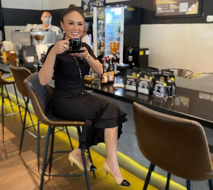 Yuni Shara minum kopi di The Gade Coffee & Gold milik Pegadaian Cabang Semarang