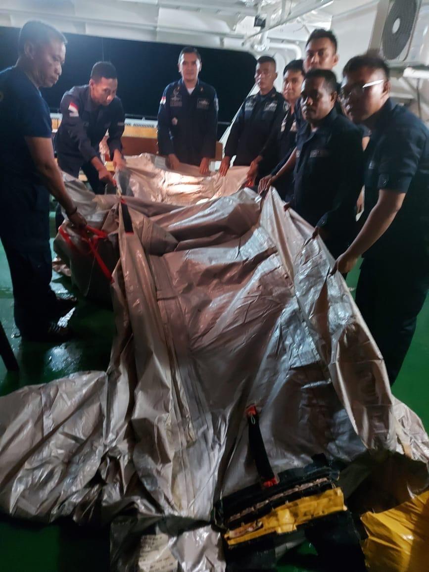 Benda diduga seluncur pesawat Sriwijaya Air SJ182