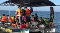 Pantai terletak 200 meter di sisi barat pembangkit listrik tenaga uap. PLTU Paiton ini kaya dengan berbagai jenis terumbu karang dan spesies ikannya. (M Rofiq/detikcom)