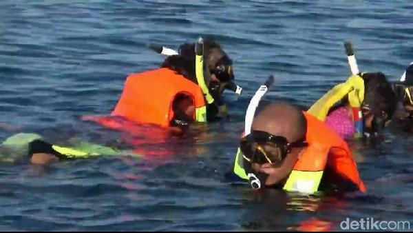 wisatawan akan dibekali sepatu selam,selang dan tabung oksigen. Sedangkan wisatawan yang ingin snorkeling akan diberi pelampung dan selang katup udara. (M Rofiq/detikcom)