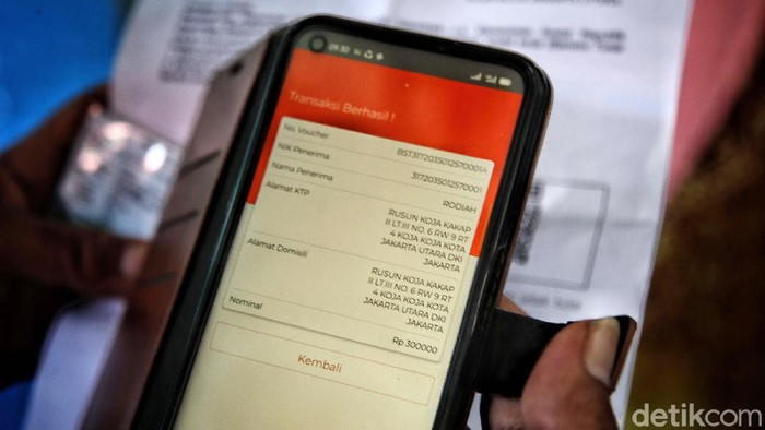 Pemerintah melalui Kemensos mulai menyalurkan bantuan sosial tunai (BST), Sabtu (9/1/2021). Warga yang menerima bansos di antaranya tinggal Rusun Koja, Jakarta Utara.